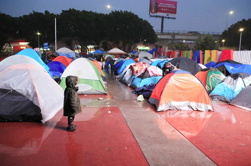 """En El Chaparral, Tijuana denuncian condiciones """"precarias"""" de campamento migrante"""