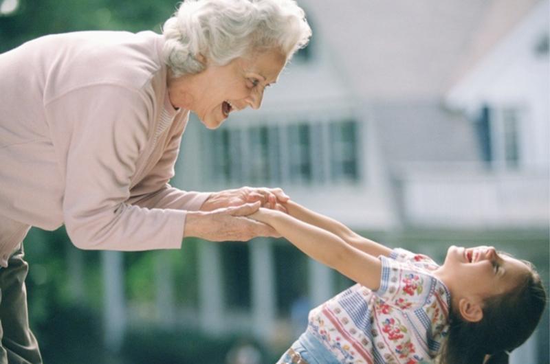 Cuidar a los nietos es una alegría pero tiene carga física: estudio