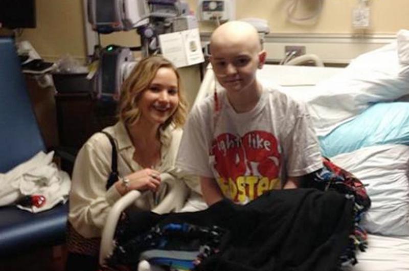 Jennifer Lawrence llevó espíritu navideño a hospital infantil