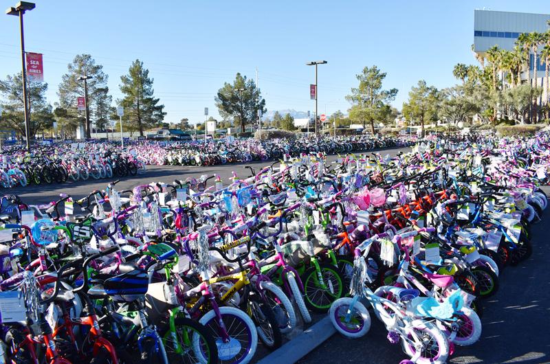 Donan miles de juguetes para niños de bajos recursos