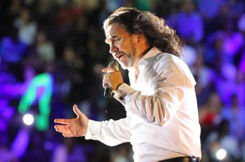 El Buki celebra 48 años de carrera en el Estadio Universitario de Monterrey