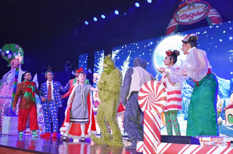 Excelente puesta en escena sobre la navidad... Entregaron juguetes en la iglesia C-3