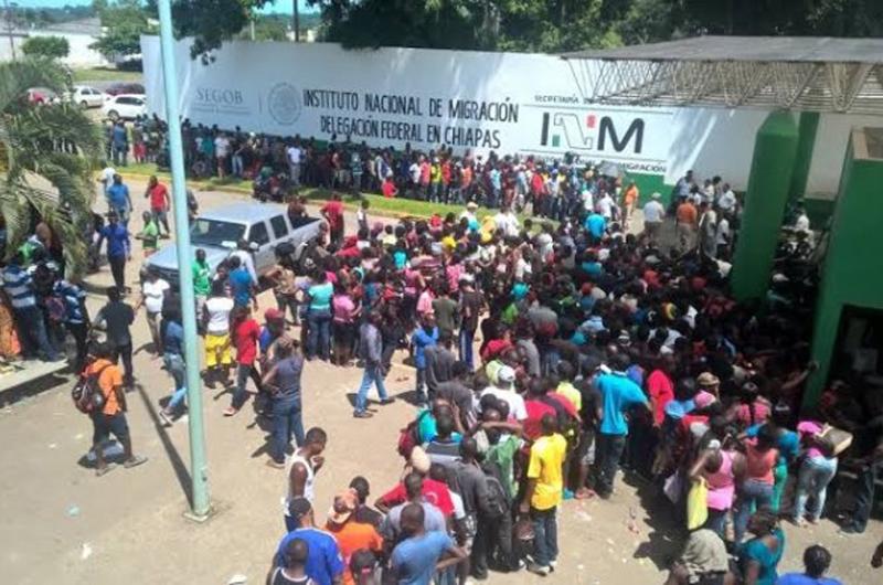 Centroamericanos agreden verbalmente a personal de Migración en Chiapas