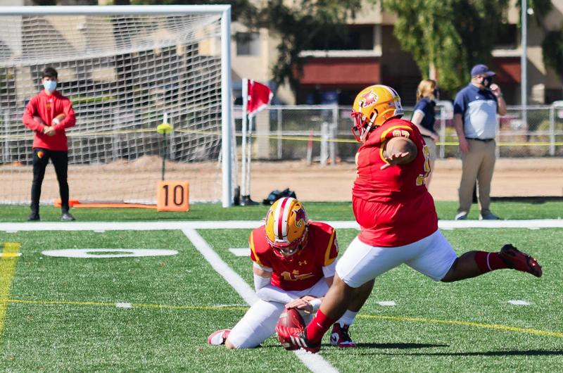 Con 130 kilos de optimismo, joven pateador latino pone la mira en la NFL