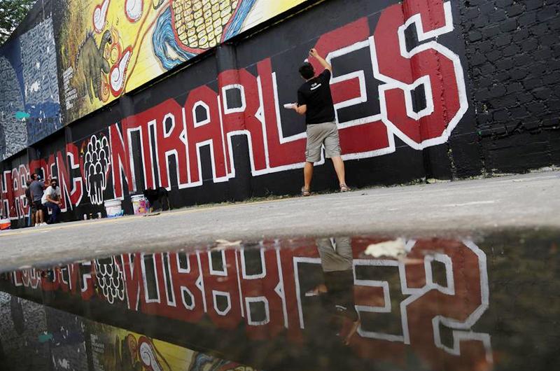 Pintan un mural en la mexicana Tijuana en memoria de una víctima de feminicidio