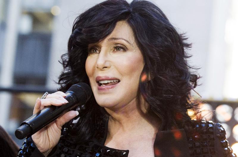 Cher se anima a cantar éxito del grupo ABBA en español