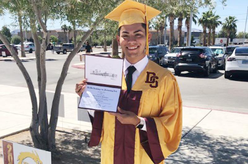 La justificada alegría de Luis Armando, graduado de preparatoria