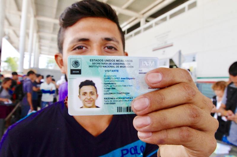 Con alegría, migrantes hondureños reciben tarjetas de visitante