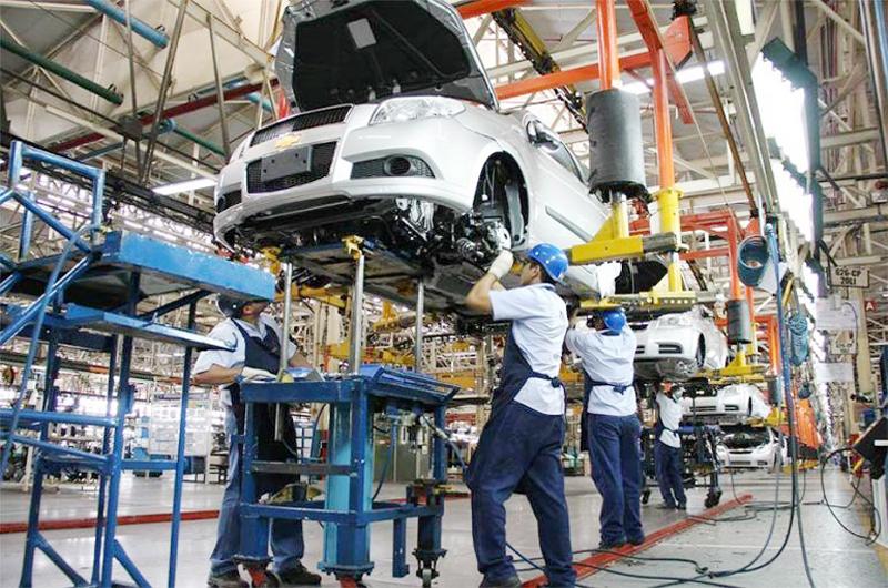 La industria automotriz en México coordina reanudación de actividad