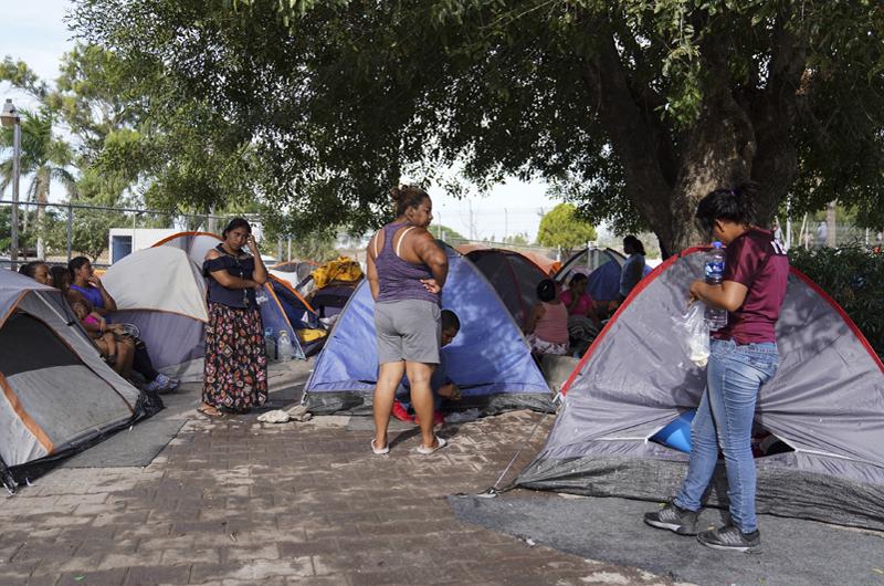Migrantes esperan hasta 7 meses en México para obtener asilo en EUA