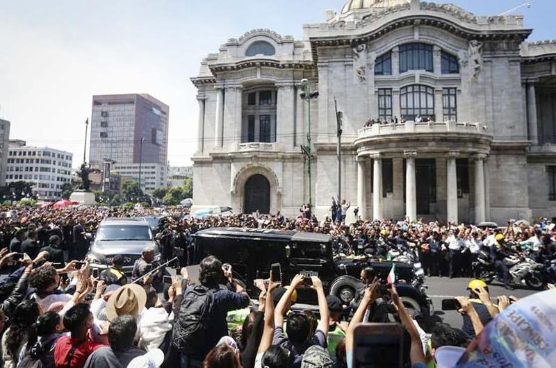 """Emotiva despedida... Con """"El triste"""" sepultaron restos de José José"""