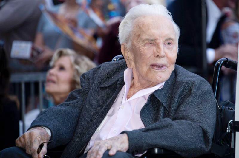 Festejó Kirk Douglas cumpleaños 103 en reunión íntima con su familia