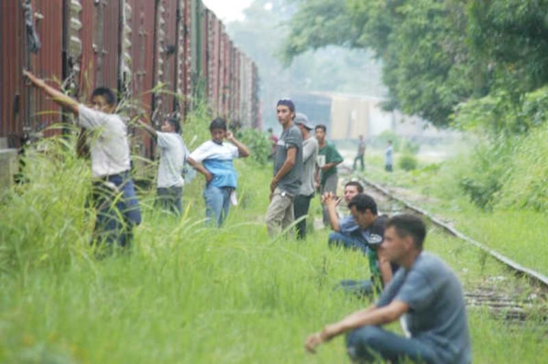 Tratan la migración y el tráfico de personas en la novela 'La fila india'