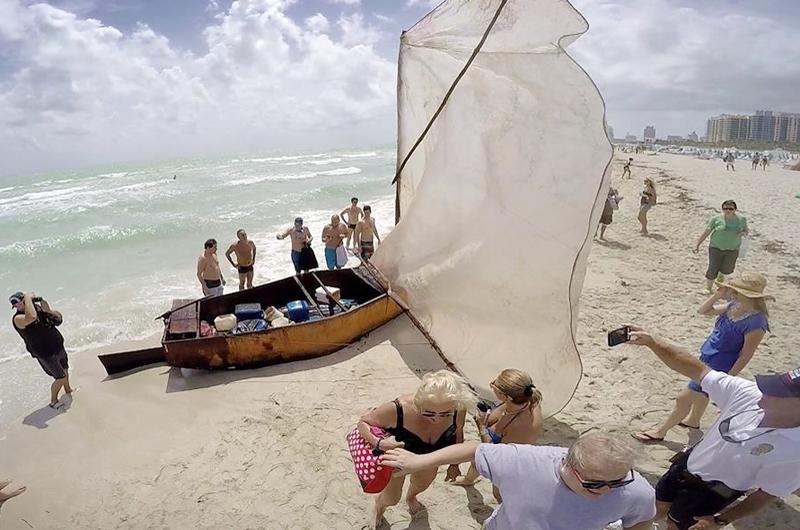 Balseros cubanos llegan a los Cayos de Florida en una precaria embarcación