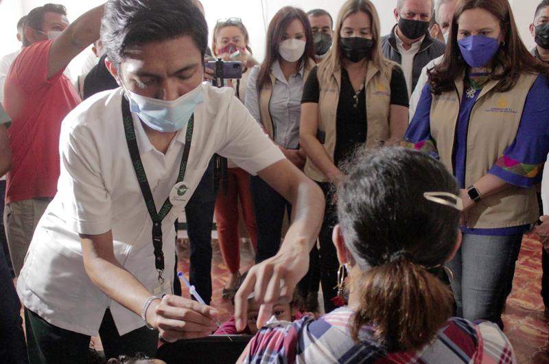 Vacunan contra la covid a migrantes hondureños en la frontera sur de México