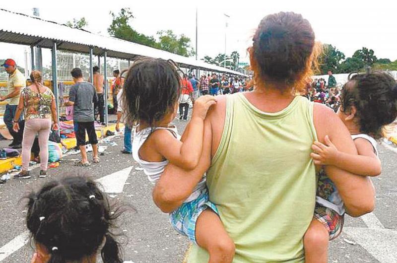 Más de 60 mil migrantes esperan en México asilo de Estados Unidos