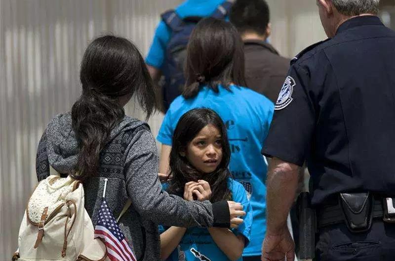 Autoridad migratoria coaccionó a padres migrantes separados de sus hijos