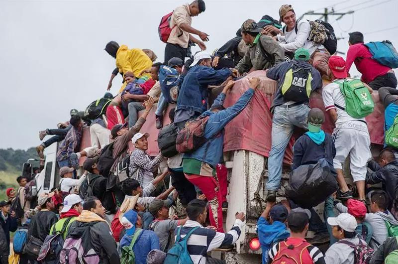 Caravana migrante avanza de territorio oaxaqueño a Sayula, Veracruz