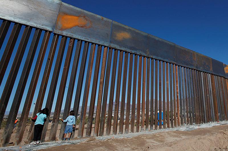 Concede Corte a Trump recursos para el muro