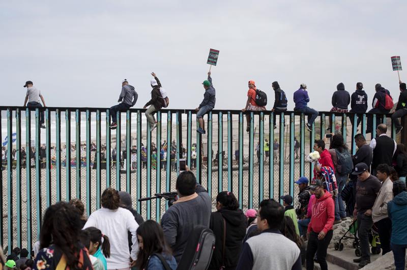 Europa estudia asistir a migrantes en frontera México-EUA