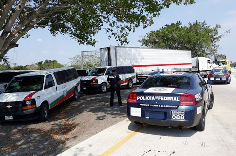 Rescatan a 134 migrantes encerrados en tráiler en Veracruz