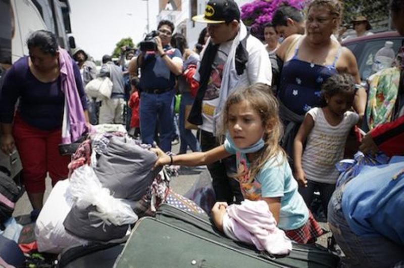 Migrantes que salen de Puebla hacia la Ciudad de México resienten frío