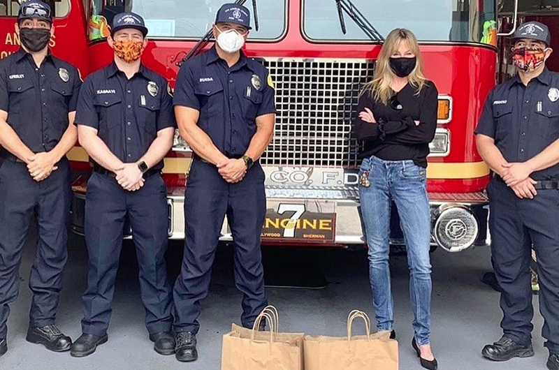 Melanie Griffith reparte comida a bomberos de Los Angeles