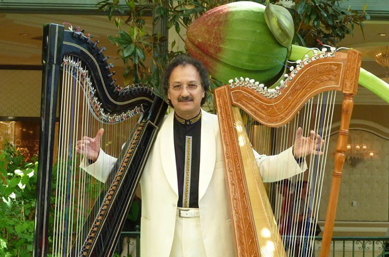 Mariano González y su novia: el arpa