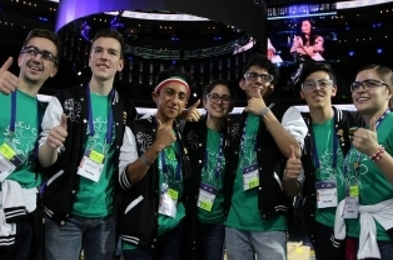 Regresan estudiantes mexicanos tras arrasar en mundial de robótica