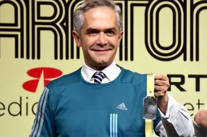 Mancera presenta medalla y playera del Maratón de la Ciudad de México