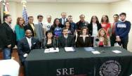 Entregan becas a jóvenes estudiantes mexicanos